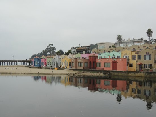 Capitola Hotel: Colorful beachfront