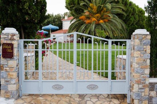 Sellados Beach Villas : gate to Sellados villas