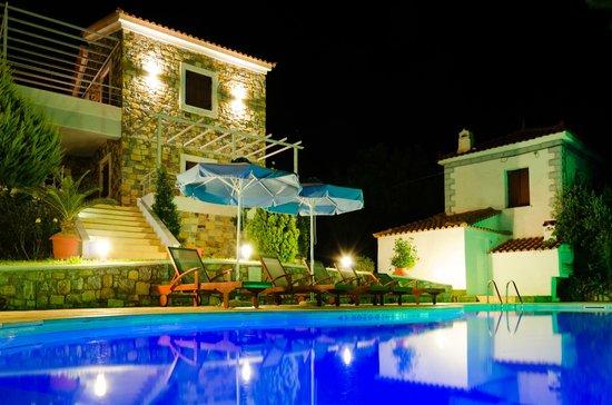 Sellados Beach Villas : beautiful lit in the evening