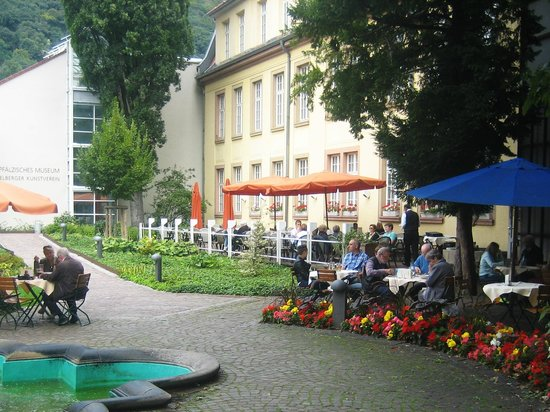 Kurpfälzisches Museum: Some of the outside seating for the restaurant.