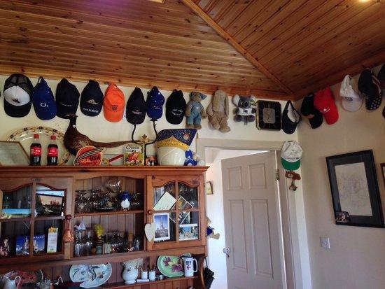 Kajon House B&B : Cappellini appesi nella sala dove viene offerta la colazione: chiedete come è iniziata questa co