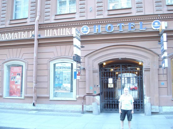 Nevskiy Hotel Aster : Puerta sobre la vereda