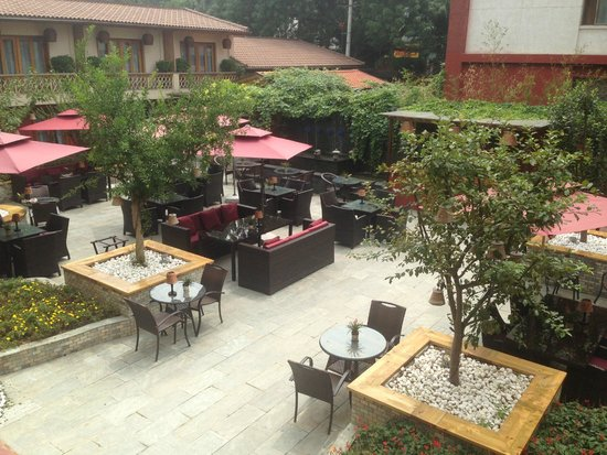Red Wall Garden Hotel: Courtyard