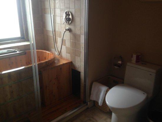Red Wall Garden Hotel: Bathroom