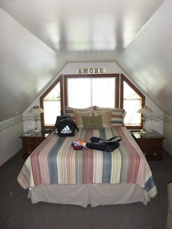 Tall Pines Inn : King sized bed was more than big enough