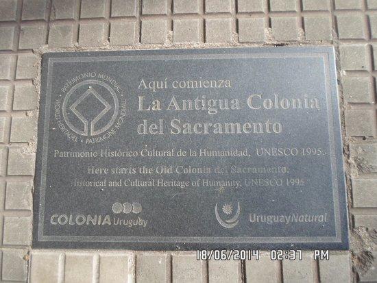 Placa no chão do passeio da Avenida General Flores.