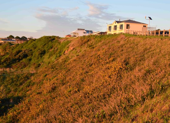 Clifftop Accommodation: Hotel viewed from steps to beach