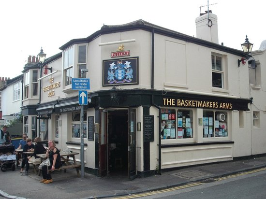 Basketmakers Arms : View of outside