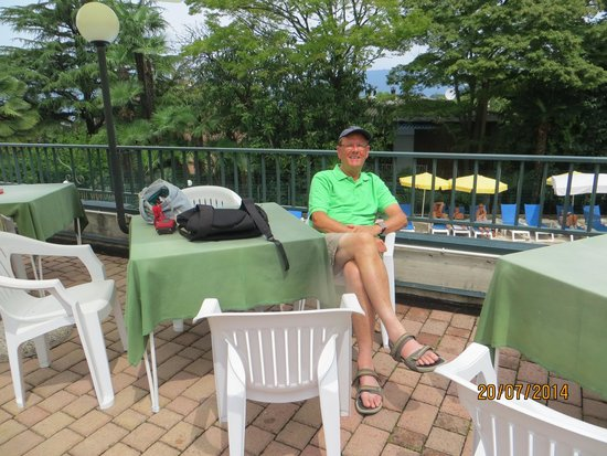 Hotel Flora - Stresa : Seating area in the garden above the pool