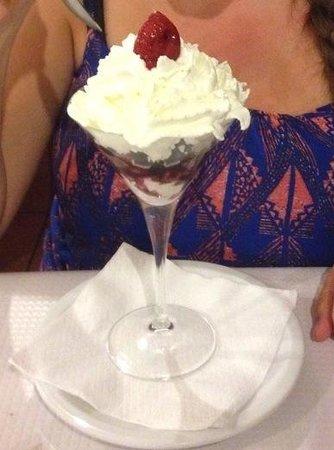 Jacó: Meringue and berry dessert- very nice!