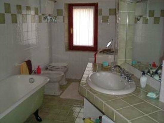 Bagno Completo Con Doccia.Bagno Completo Con Vasca Doccia Bidet Foto Di Villa Mariuccia Nel