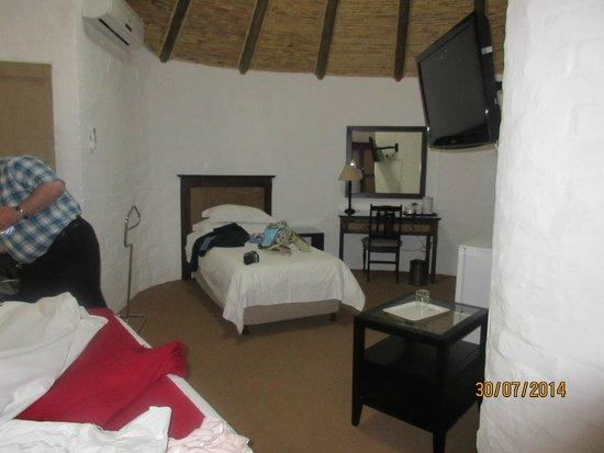 Protea Hotel Oudtshoorn Riempie Estate: inside Rondawel