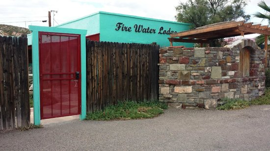 Fire Water Lodge : Entrance to hotel.