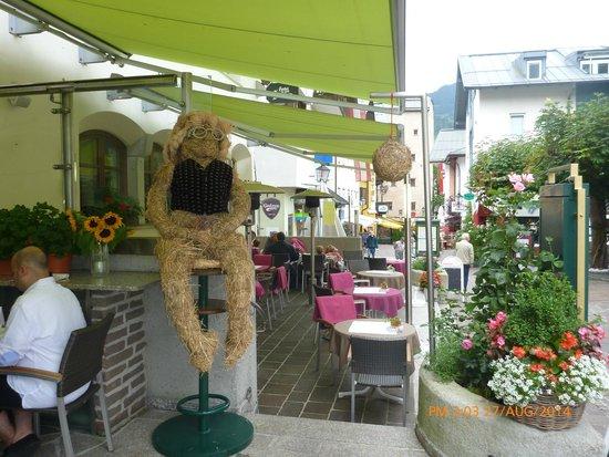 Hotel zum Hirschen: Covered outdoor Cafe area.