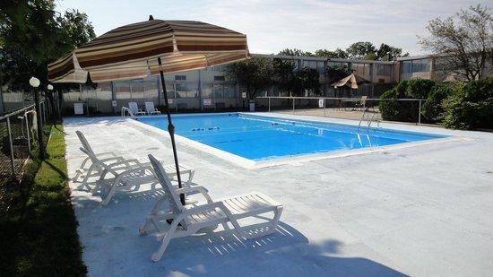 Fairborn Hotel and Inn: Swimming Pool