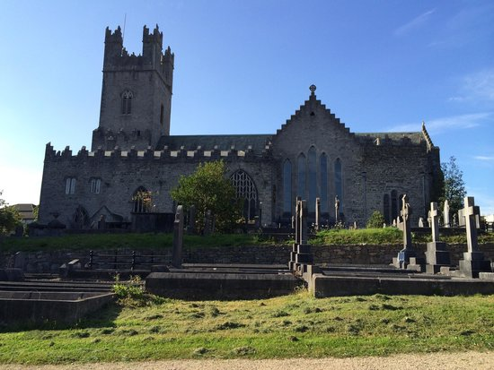 St. Mary's Cathedral: Lots of old graves