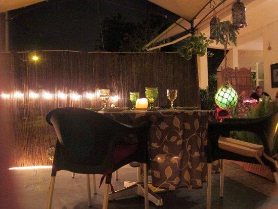 Oliveira Dourada: Quaint decor with outdoor seating