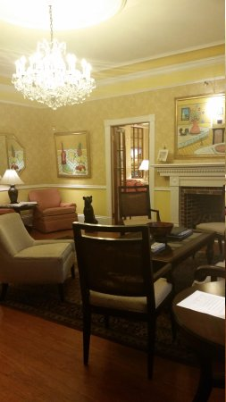 Royal Palms Hotel: Parlor for wine