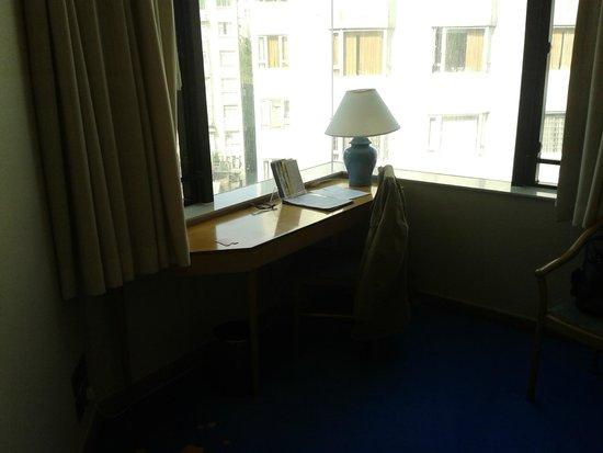 โรงแรมจีดีเอช อินน์ หัวไห่: escrivaninha e vista externa