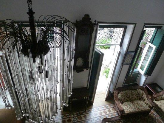 Hotel Catharina Paraguacu: Foto interna , tirada do segundo andar da Pousada: belo lustre  e relógio antigo