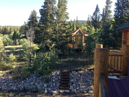 Mountain Comfort Bed & Breakfast: Looking at the gazebo from the front deck