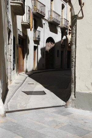 Hotel Canet: Narrow street on way from pool area