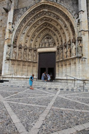 Hotel Canet : Ladies cleaning Cathedral steps