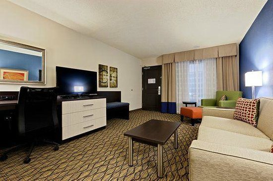 Holiday Inn & Suites Atlanta Airport - North: the parlor of our great suite