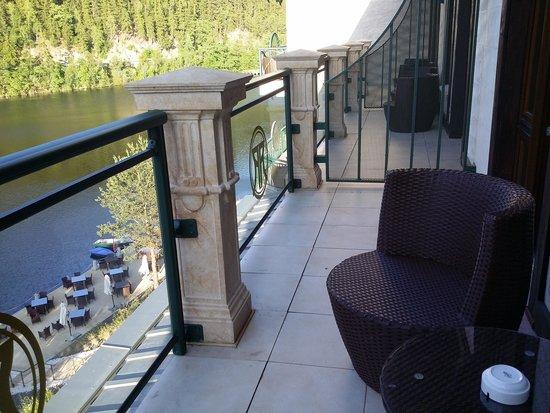 Retro Riverside Luxury Wellness Resort: Балкон в каждом номере с видом на озеро