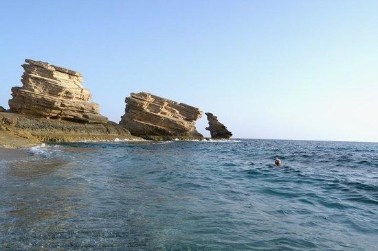 Πλακιάς, Ελλάδα: Gli scogli che danno il nome alla località