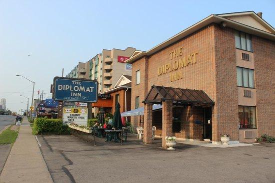 The Diplomat Inn: Fachada, Recepção