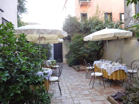Hotel Gardena : Wonderful private patio to enjoy breakfast!