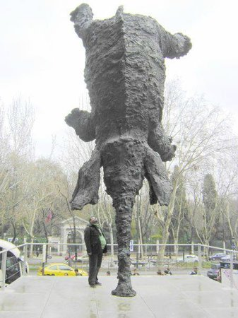 CaixaForum: Frente al caixa forum Elefante
