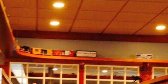 Governor's Restaurant & Bakery: Train travels around the restaurant.  Kids will love watching it.
