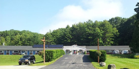 Bucksport Motor Inn: The motel sits atop a slight hill with beautifully maintained grounds.