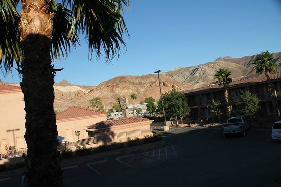 Death Valley Inn: View over the courtyard/parking lot.