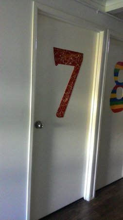 Gladstone Backpackers : Colorful Room Number
