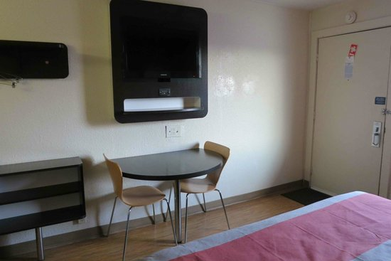 Motel 6 Terre Haute: Table With Nice Chairs And TV