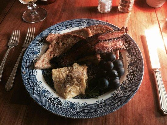 Twin Gables Inn: Breakfast