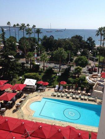 Hôtel Barrière Le Majestic Cannes : pool and bay view