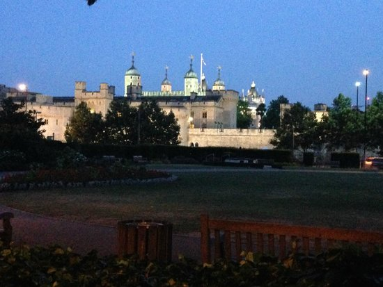 Apex City of London Hotel: Tower of London (view on way to underground)