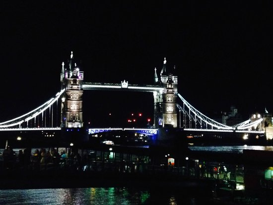 Apex City of London Hotel: Tower Bridge (view on way to underground)