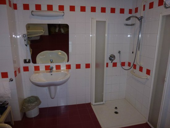 Grand Hotel Moon Valley: Bathroom