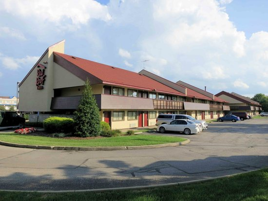 Red Roof Inn Louisville East: Exterior - Grounds were mell maintained