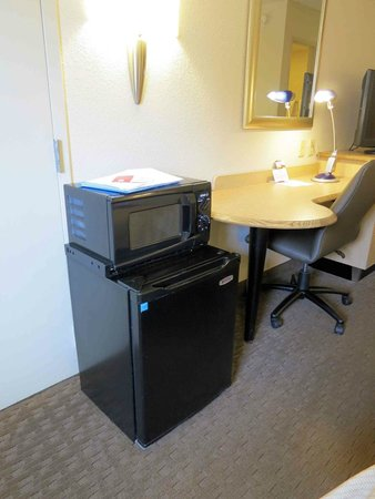 Red Roof Inn Louisville East: Room 117 - refrigerator and microwave