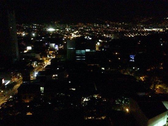 Diez Hotel Categoria Colombia: Vista nocturna