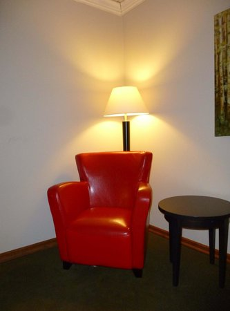 Riverview Lodge : Red chair corner of bedroom