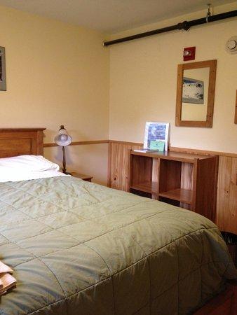 Joe Dodge Lodge, queen bed room