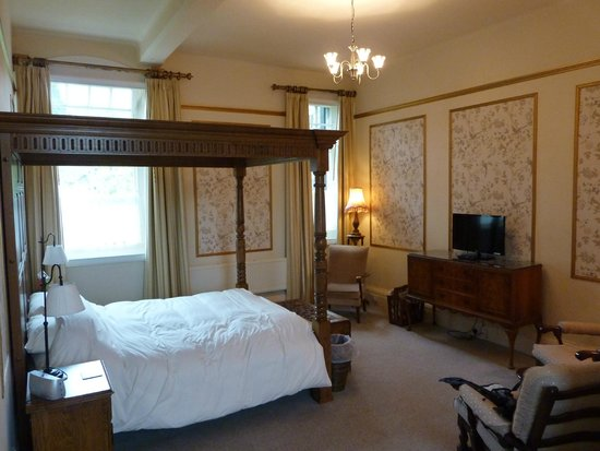 Orchard House B&B: The four poster room - charming