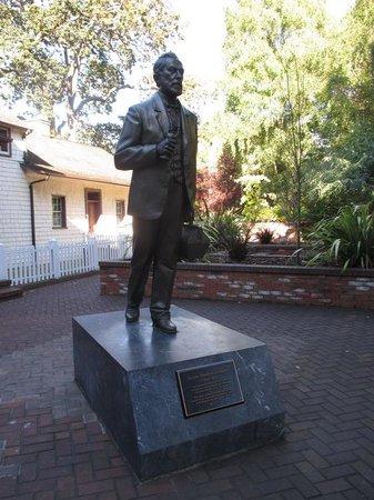 Helmcken House: Statue